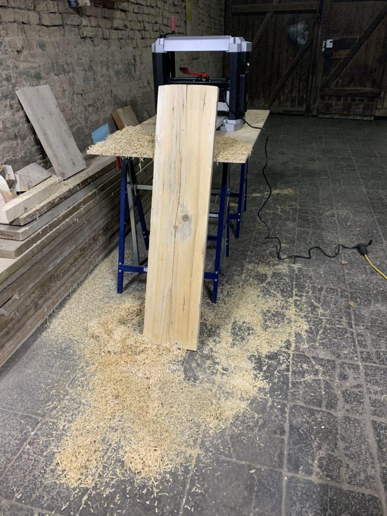Holzwerken: Registrierungstisch zur Kontaktverfolgung aus Altholz